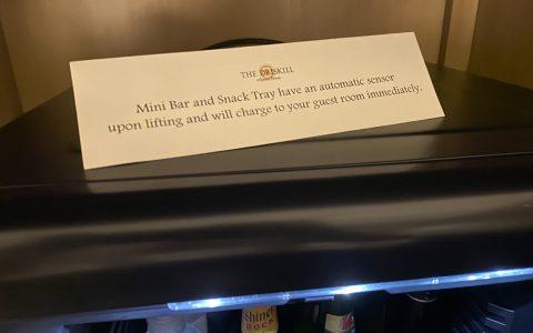 """""""El mini bar y la bandeja de aperitivos tienen un sensor automático que al levantar cada producto, se cargarán a su habitación de inmediato"""""""
