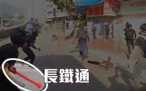 Las TV se han encargado de que todo el mundo vea la brutalidad policial en el caso del manifestante abatido en Hong Kong, pero no han enseñado los momentos previos en los que el Policía teme por su vida y la de su compañero.