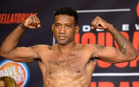 Un luchador de MMA al borde de perder la consciencia, engancha al árbitro pensando que es su contrincante y le intenta hacer una llave