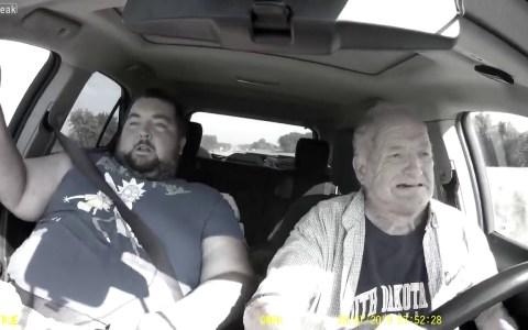 Un anciano casi se estrella con el coche al dormirse mientras conducía al lado de un gordaco con camiseta de Rick & Morty