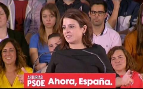 Un joven trolea a Barbón en el mitin del PSOE con una camiseta de apoyo a Trump