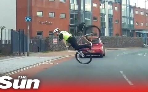 Un policía británico es grabado teniendo un ridículo accidente sobre la bici