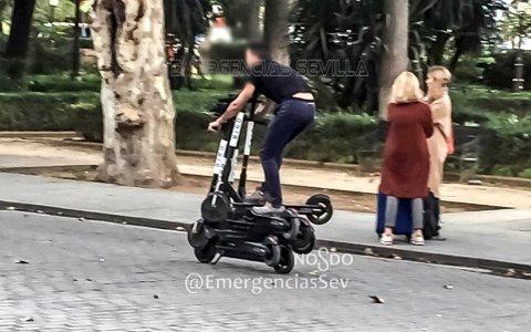 La policía de Sevilla ha detenido a PATINETEMAN: un reponedor de patinetes del ayuntamiento circulando montado sobre 6 patinetes