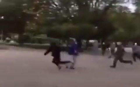 Alguien supuestamente de prensa hace una zancadilla a un manifestante chileno perseguido por la policía. Ojo al final del vídeo totalmente inesperado (para él)