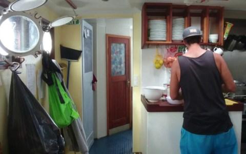 Cocinando en un velero con marejada