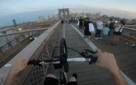 Cruzando el puente de Brooklyn en un caballito ininterrumpido