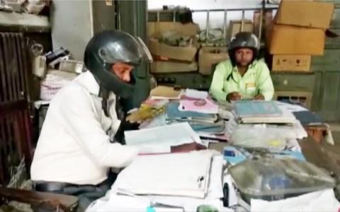 Cuando creas que tus condiciones laborales son mierders, recuerda a estos pobres indios
