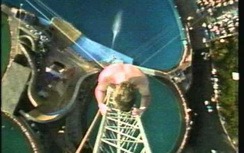 La primera vez que un hombre se lanzó al agua desde 172 metros sin palmar y estableció un record del mundo