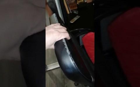 Un padre quiere coger las pesas de su hijo, y sabe que las solía guardar debajo de su escritorio