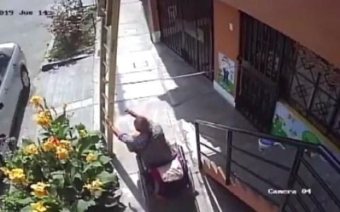 Cuando un minusválido con muy malas pulgas se encuentra una escalera en su camino