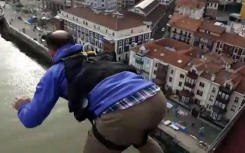 """Pequeño fallo de cálculo haciendo goming en el puente colgante de Bilbao: """"Hasta abajo primo"""""""