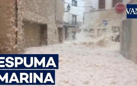 Actualizado: Fiesta de la espuma improvisada en Tossa de Mar por el temporal