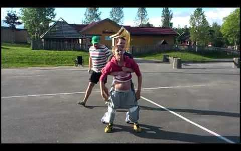 Un grupo de noruegos intentan que su amigo discapacitado ande un poco atado al cuerpo de uno de ellos (Sale... ¿mal?)