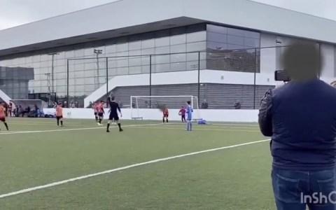 Un padre (del año) ordena a su hijo de 11 años que agreda a un jugador durante un partido de fútbol infantil