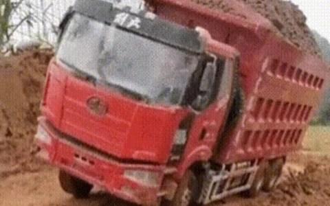 Espectacular vuelco de un camión de obra cuando volvía de ser cargado