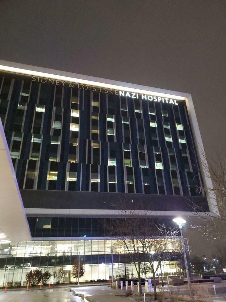Un rayo fascista dañó el cartel de este hotel
