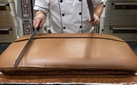 Es solo un tío cortando una tarta, pero... da para pаjа