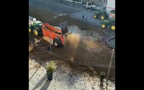 Dando ideas a los agricultores españoles: Pillar un tractor cargado de heces, y triturarlas delante de los supermercados