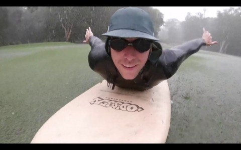 Haciendo surf en un campo de golf