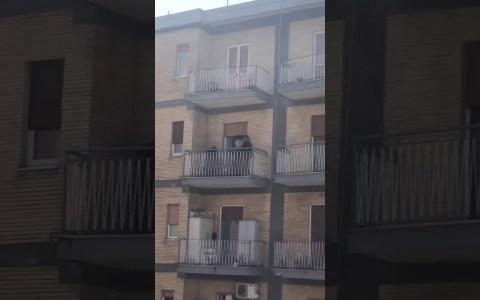 Así se entretienen los italianos mientras están encerrados en sus casas por la cuarentena