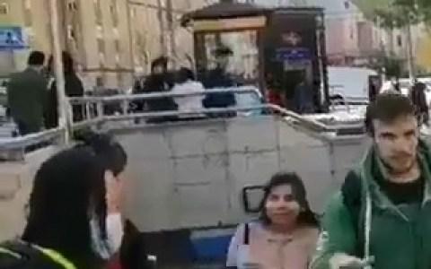 Bonito gesto de la comunidad china en Usera: reparten mascarillas frente a la boca de metro
