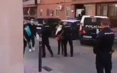 Ciudadanos chinos regalan mascarillas y desinfectante a agentes de la policía nacional