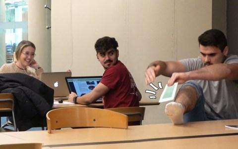 Didac Ribot depilándose en la biblioteca