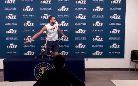 El Jugador de los Utah Jazz, Rudy Gobert, frotándose con todos los micros