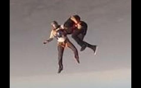 Dos paracaidistas chocan en plena caída libre, quedando uno de ellos inconsciente