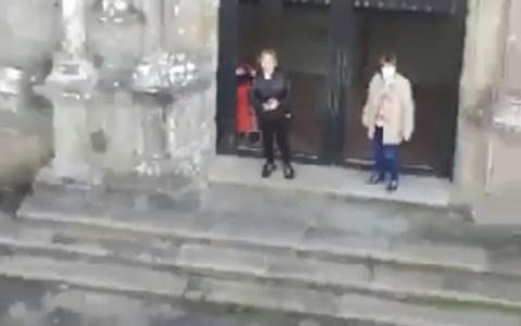 Un señor grita a unas señoras que iban a misa en plena cuarentena