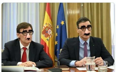No si al final lo de las gafas con bigote va a ser verdad...