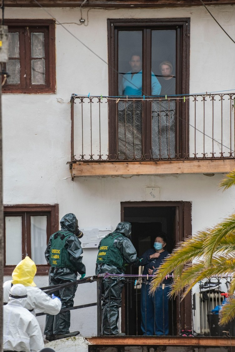 Despliegue de la Guardia Civil en Santoña para notificar el confinamiento de más familias