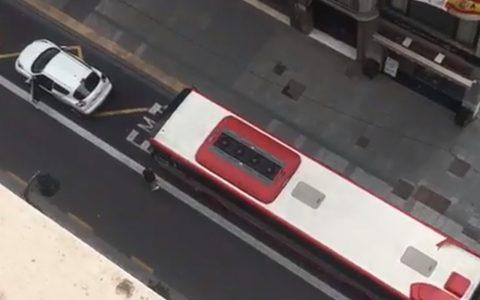 """Aparca el coche en la parada de autobús y le dice al chófer: """"Si tienes cojonеs lo revientas"""""""