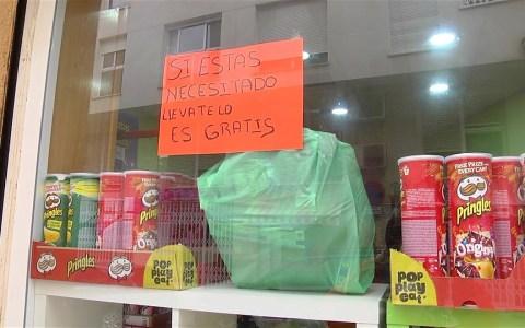 """""""Si lo necesitas, llévatela. Es gratis"""", iniciativa de un comerciante en su tienda de alimentación"""