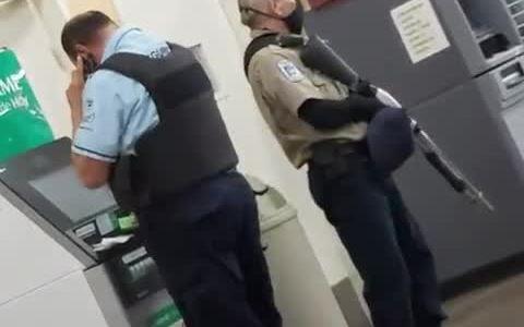 Cuando sales con prisa de casa a hacer la guardia armada en el cajero, y confundes la mascarilla con otra cosa