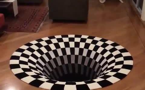 La alfombra que crea el efecto óptico de un agujero enorme en tu casa
