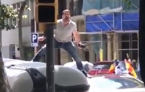 Atención, un gorila se ha escapado del Zoo de Barcelona. Se le ha visto saltando por encima de los coches.