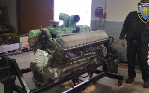 A alguien le pareció que el V8 de los Ford Crown Victoria era un motor pequeño, y decidió cambiarlo por EL DE UN TANQUE