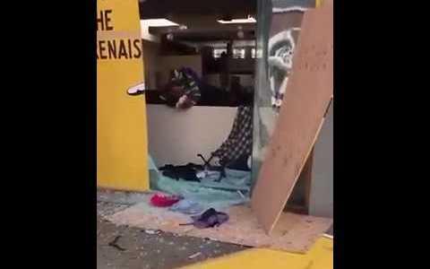 Decenas de buenos ciudadanos recuperan los objetos saqueados y los devuelven a las tiendas