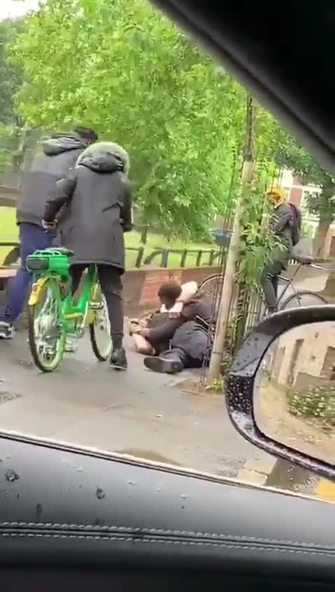 Un policía es reducido por la persona a la que iba a detener, pero tranquilos, que luego llegan refuerzos...