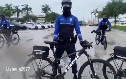 Espectacular puesta en escena de la policía ciclista (detrás de las cámaras)