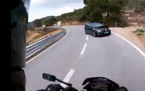 El piloto de una Yamaha Mt-10 libra por los pelos de ser arrollado por un Golf GTI