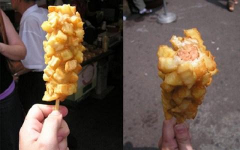 Los koreanos han inventado la salchipapa en un palo