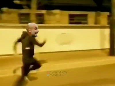 Guardiola saliendo a buscar a Messi