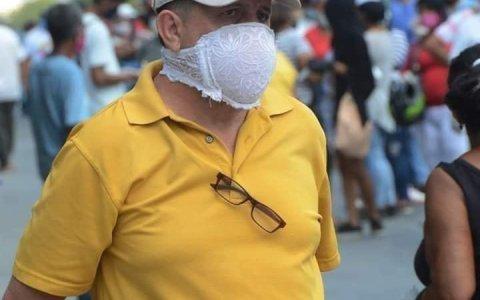 Unos llevan mascarillas N95 y este señor prefiere la 34B
