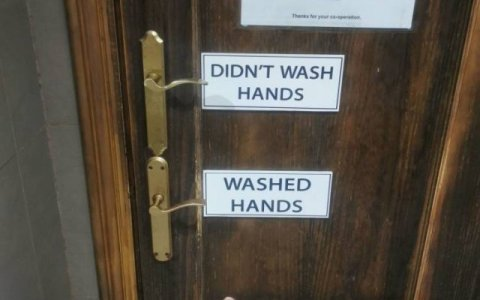 La puerta de baño público perfecta 😮