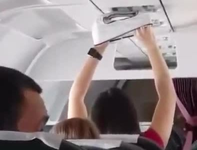 Cuando montas en el avión y te toca sentarte al lado de Henry Cavill