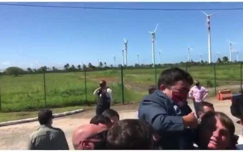 Bolsonaro levanta a hombros a un enano pensando que era un niño
