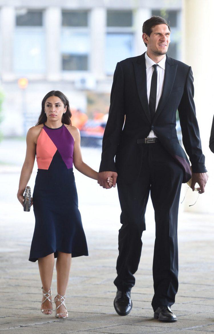 Boban Marjanović (2,24m) y su mujer Milica Krstic (1,67m)