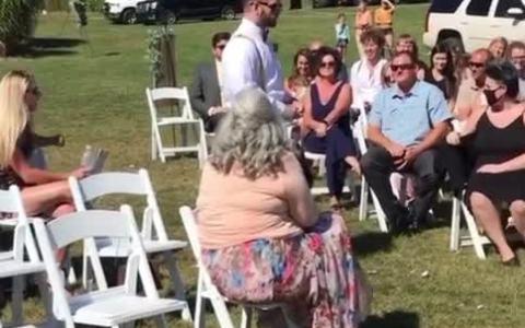 La persona más indicada para ir soltando los pétalos en una boda